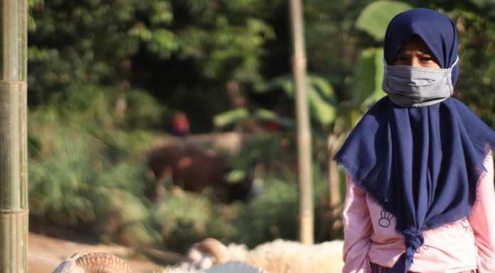 Sella Selia berfoto dihalaman Yayasan Mandiri Amanah, sebelum pemotongan dilakukan. Foto: Arman.