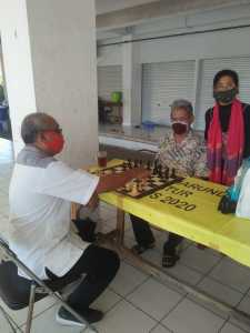 Bapak Bambang Sudin olah raga  Jakarta Utara melakukan langkah pertama untuk mengawali pertandingan persahabatan antar anggota RMCC. Foto: doetaindonesia.com.