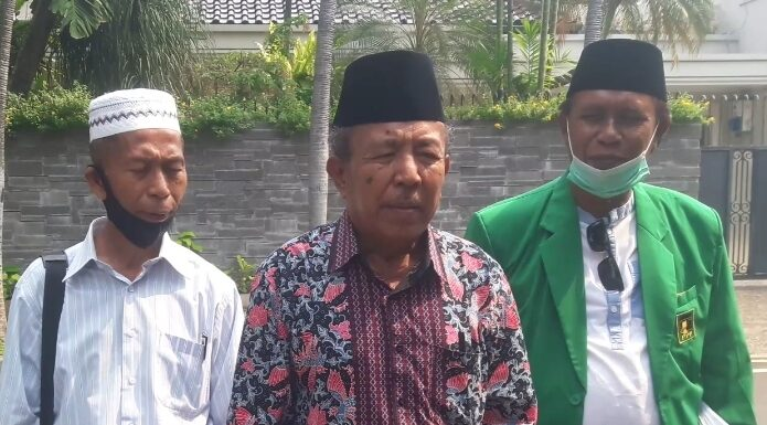 H.A. Chalik, Sekretaris DPC PPP Kabupaten Dompu. Foto: Arman/ Jakarta terkini.id. (tengah berbatik.