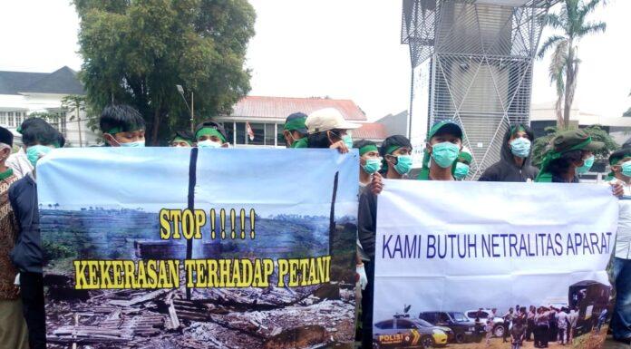 Beberapa sepanduk yang dibentangkan oleh para pengunjuk rasa. Foto: Arman/Jakarta.terkini.id.
